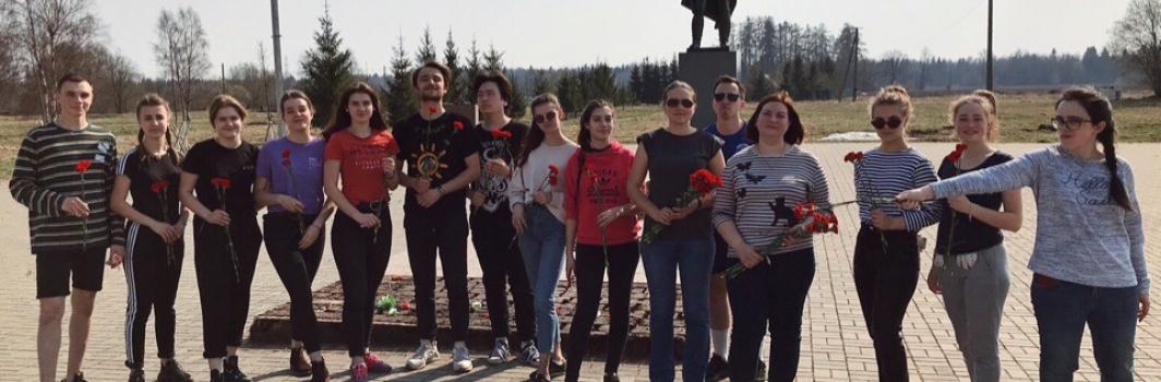 """«Будь тем, кому не все равно,  будь тем, кто помнит спустя годы». Студенты ФСТ отправились в деревню """"Большое Заречье"""" на ежегодную социальную акцию ко дню Победы."""